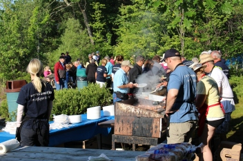 Volunteers cooking for island breakfast